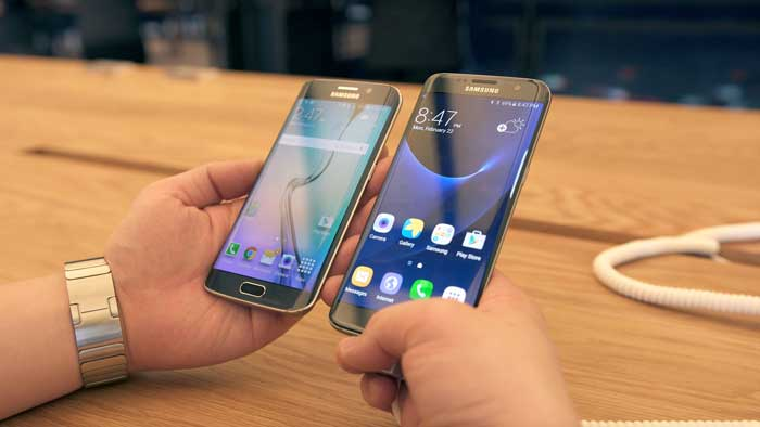 Comparing the S7 and S7 edge over a table