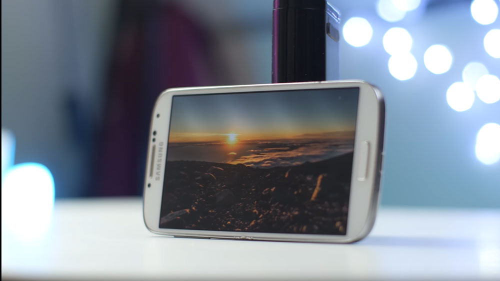 The Samsung Galaxy S4 lying horizontally on a table showing a pretty sunset image